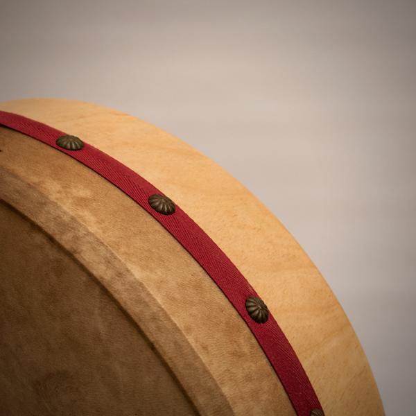 Detalle de bodram afinable de 44 cm con mazo y llave allen