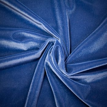 Detalle de tela de terciopelo color azul vivo para vestido de gaita